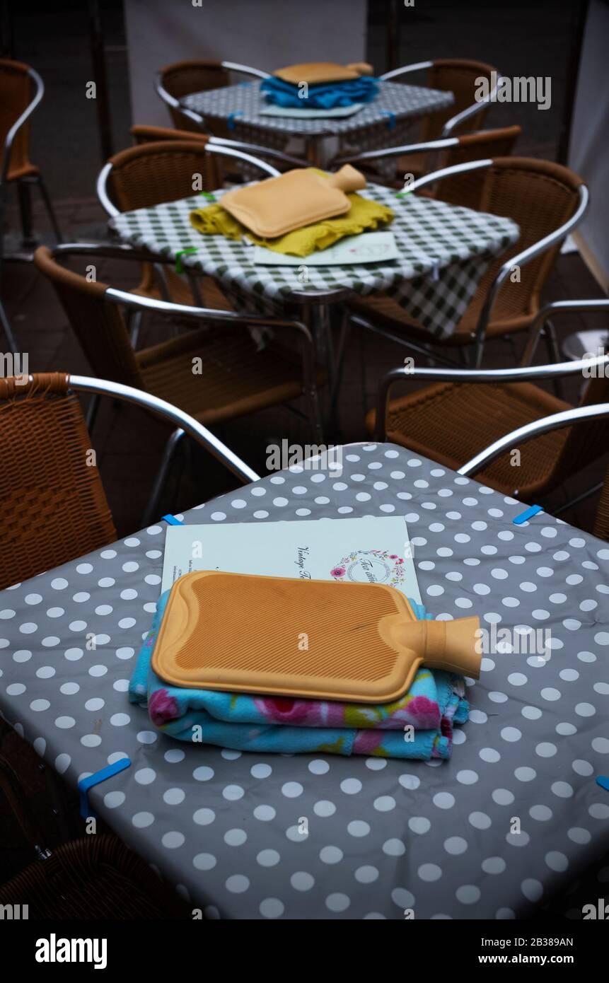 Safran Walden, Großbritannien. März 2020. Safran Walden Essex UK. Warmwasserflasche und Decke warten auf Outdoor-Kunden an einem kalten Frühlingstag in den örtlichen Vintage Tea Rooms. Kredit am 4. März 2020: Brian HARRIS/Alamy Live News Stockfoto