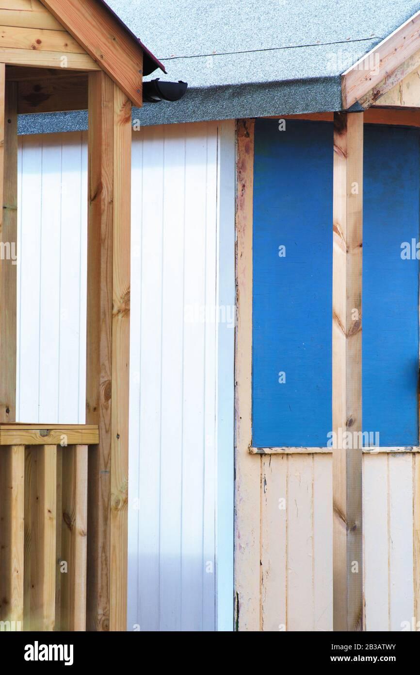 Abstrakter Blick auf Strandhütten. Sutton an der Strandhütte am Meer, die Farben und Struktur von Hütten nebeneinander darstellt. Verschiedene Farben in lebendigen Farben und Helligkeit. Stockfoto