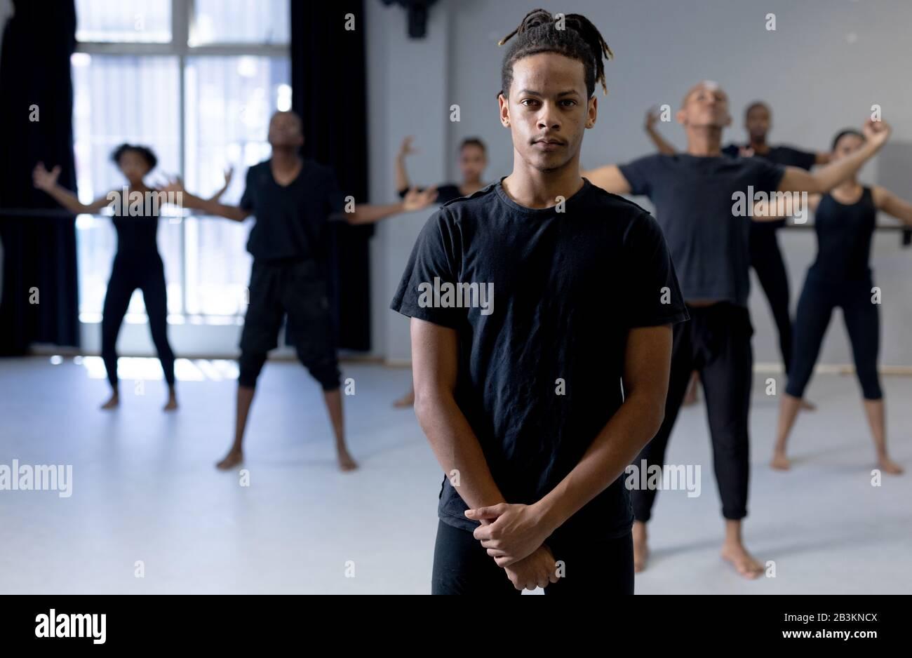 Mixed Race moderne Tänzerin mit Blick auf die Kamera Stockfoto
