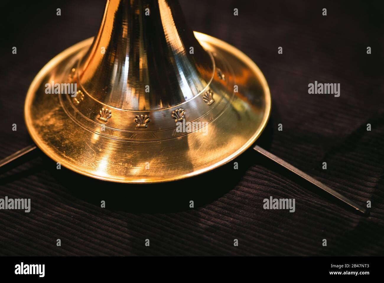 Historisches Instrument der frühen Musik - Details eines goldenen Trompets aus dem Barock Stockfoto