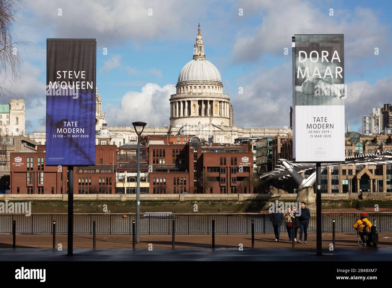 London South Bank - St Pauls Cathedral, flankiert von Schildern zur Tate Modern Art Gallery und zur Themse, South Bank, London UK Stockfoto