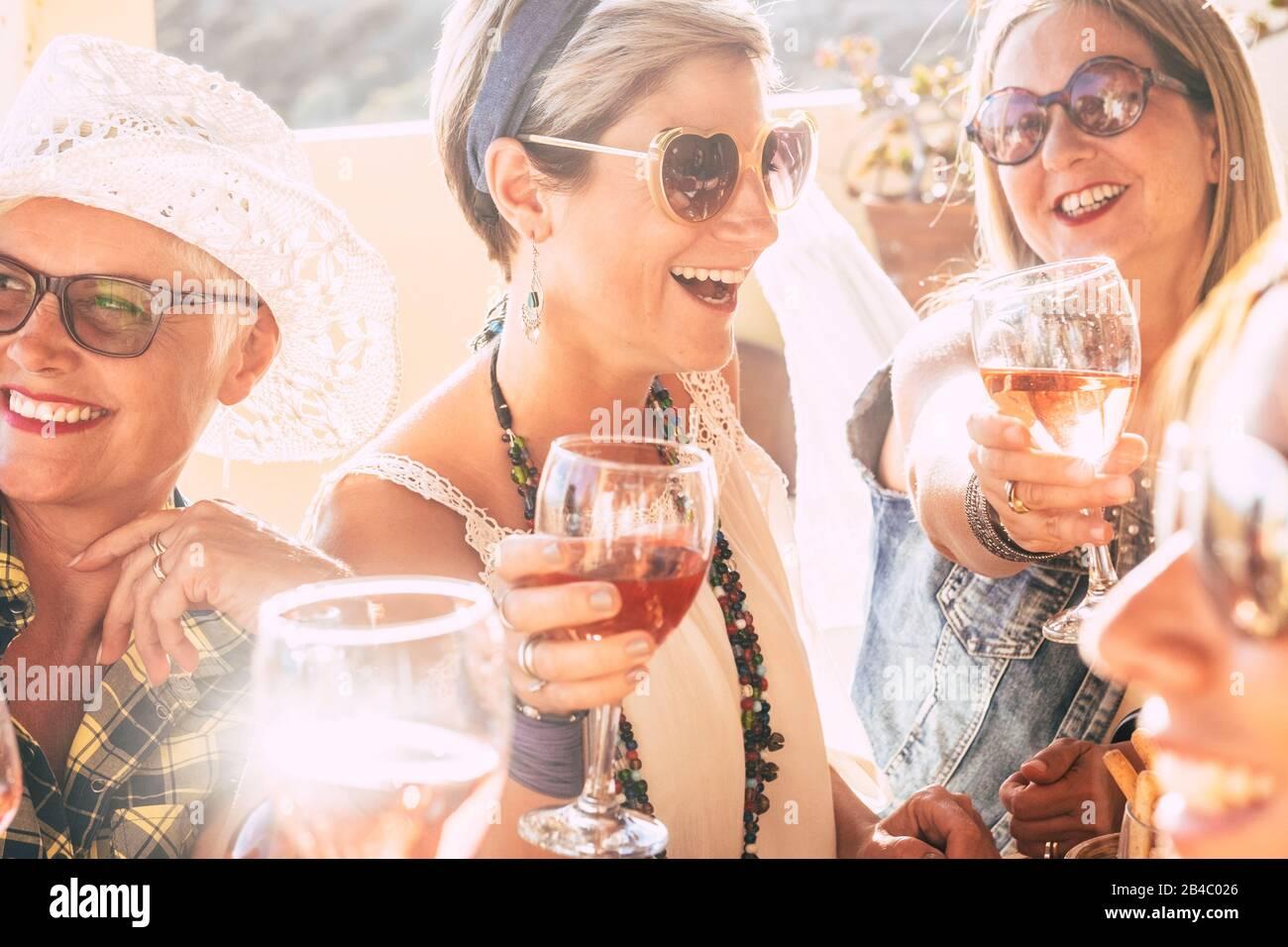 Nahaufnahme von fröhlichen fröhlichen Menschen Frauen feiern zusammen mit Rotwein - strahlendes sonniges Bild fröhlich und Freundschaft - junge Seniorinnen lächeln und lachen, Spaß auf der Party zu haben Stockfoto