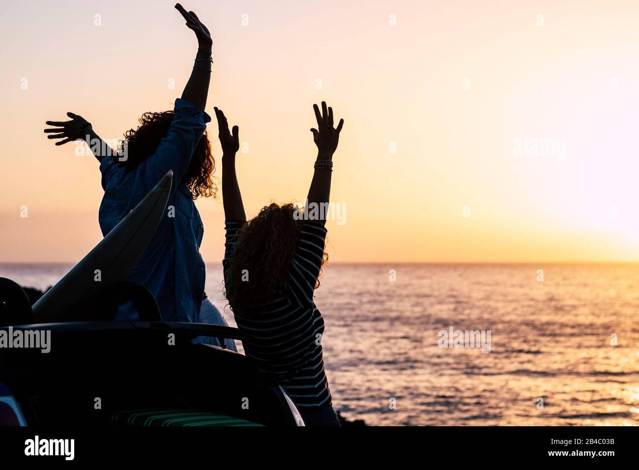 Glück und gelungenes Konzept mit ein paar Frauen junge Freunde genießen den Sonnenuntergang im Urlaub Sommerurlaub - fröhlich und Menschen in der Freizeit im Freien - Meer- und Sonnenhintergrund Stockfoto