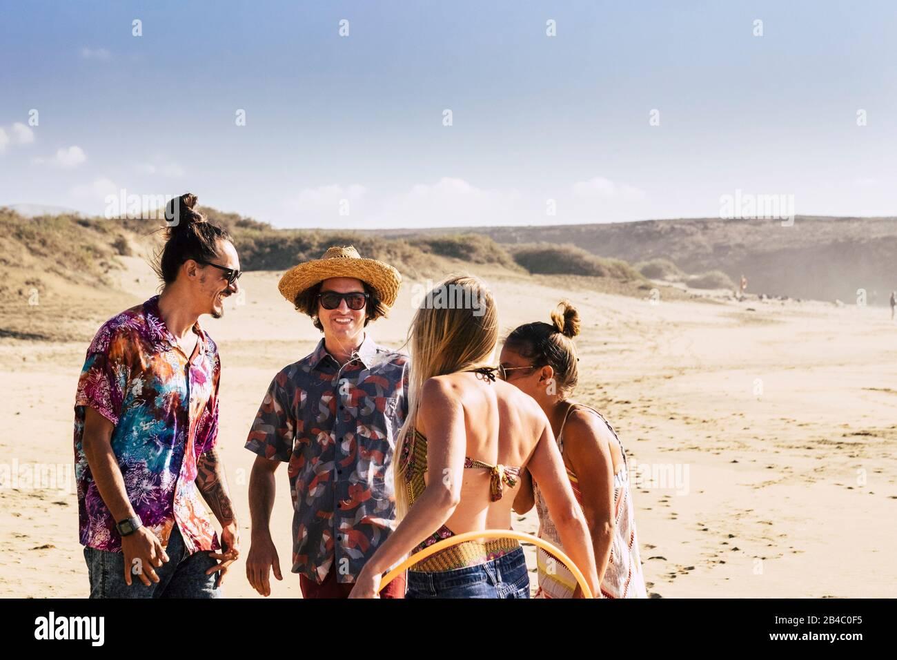 Gruppe junger Freunde, die am Strand Spaß haben und Spaß haben - Tourismus- und Touristikkonzept für Sommerferienurlaub - Sonne und schöne Männer und Frauen zusammen im Freien in Freundschaft Stockfoto