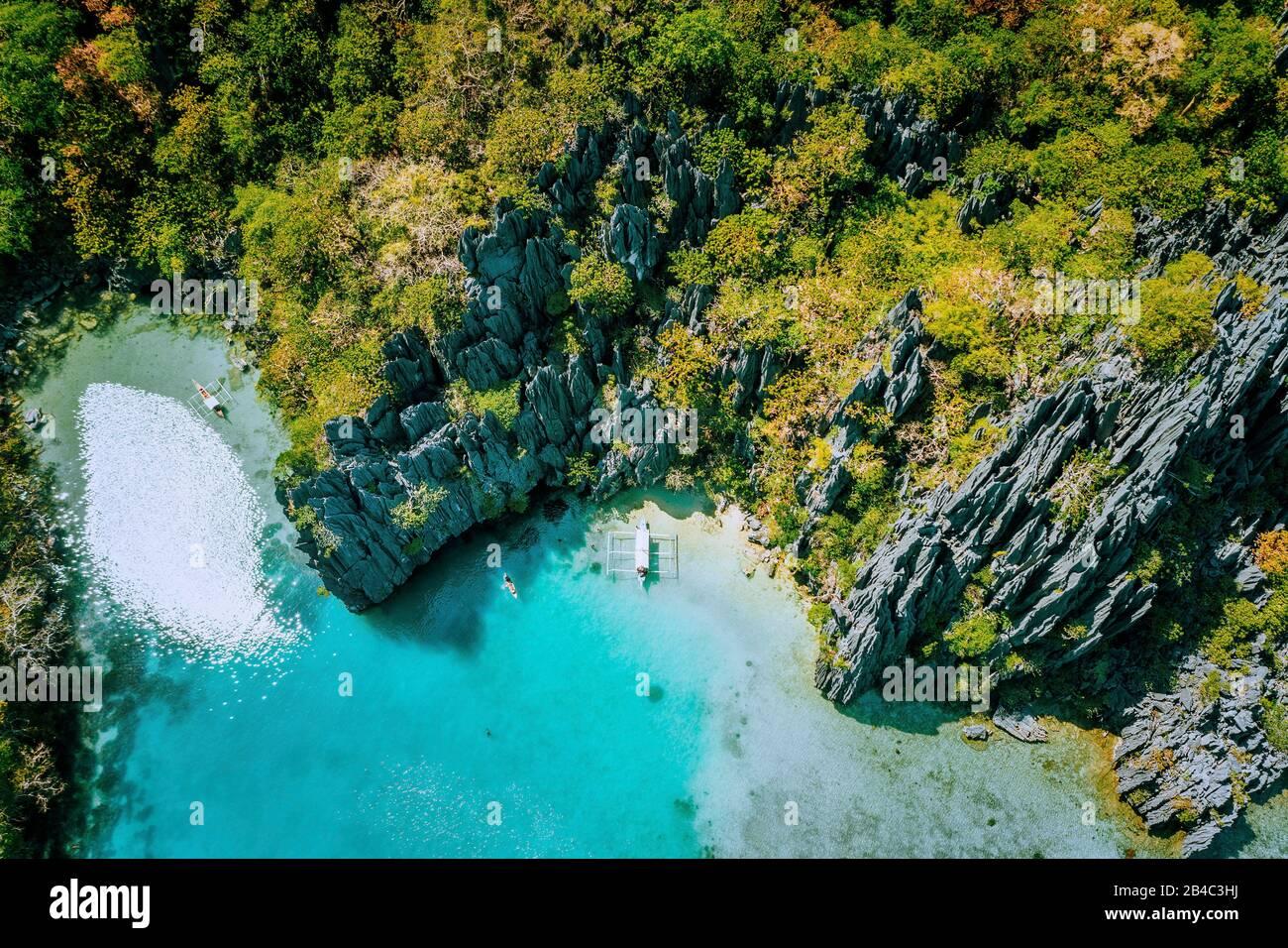 Meeresreservat El Nido Palawan Philippinen, Luftansicht des tropischen Paradieses türkisfarbene Lagune und scharfe Kalkfelsen. Stockfoto