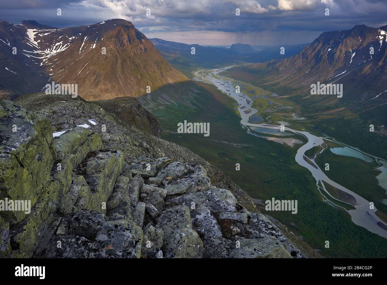Sverige, Lappland, Sarek nationalpark, Rapaätno Fluss zum Berg Biellorieppe und Skoarki Stockfoto