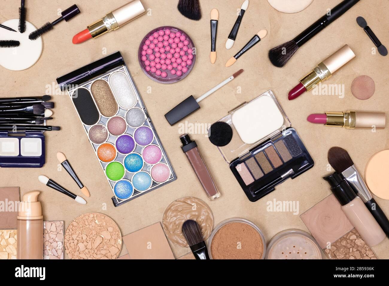 Make-up-Produkte und Zubehör auf Kraftpapier. Make-up-Tisch. Draufsicht, flacher Lay Stockfoto