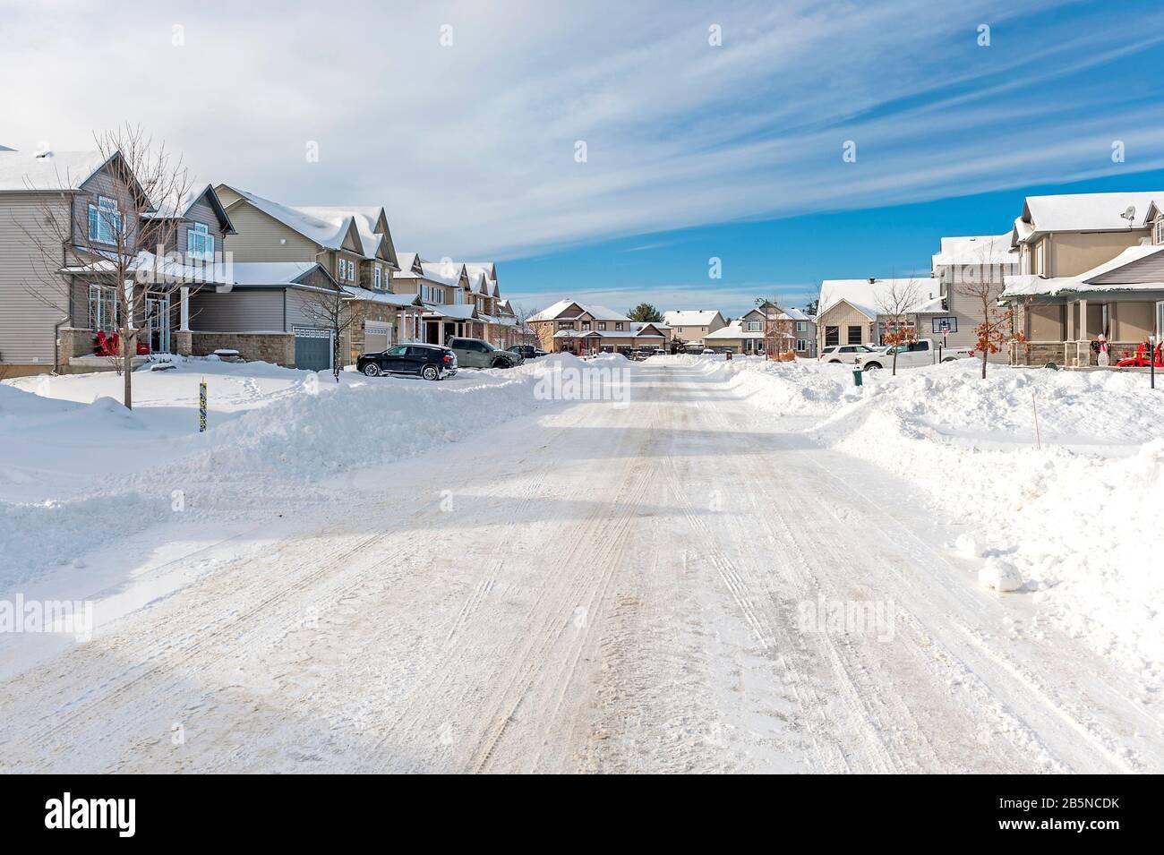 Vorstadtviertel nach dem Schneesturm Stockfoto