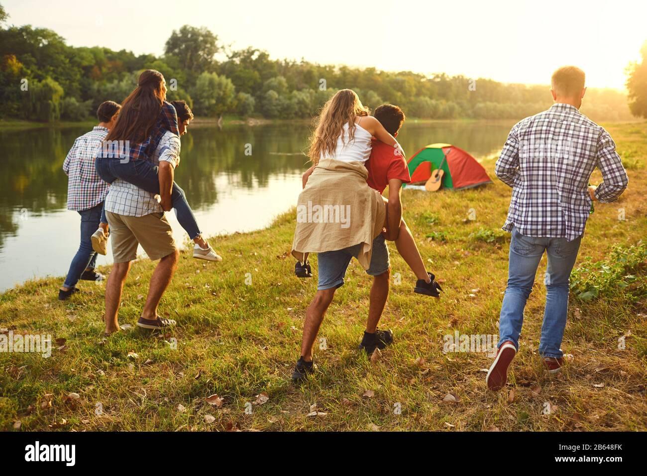 Freunde viel Spaß entlang der See auf einem Picknick. Stockfoto