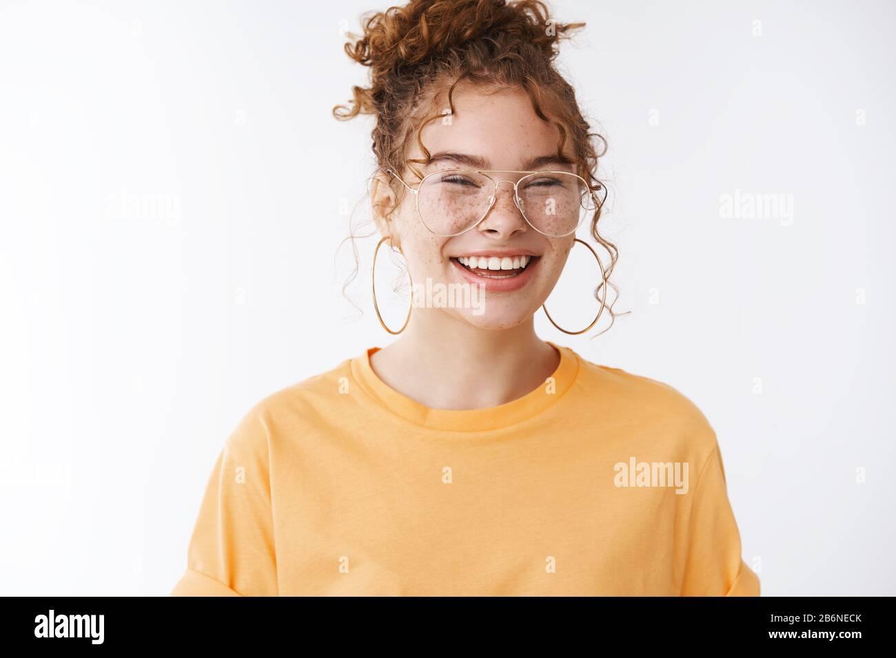 Freudig lustige charismatische attraktive europäische Ingwergirl frechelt mit Brille lachend glücklich mit fantastischem, positivem Tag Glücksgefühle Stockfoto