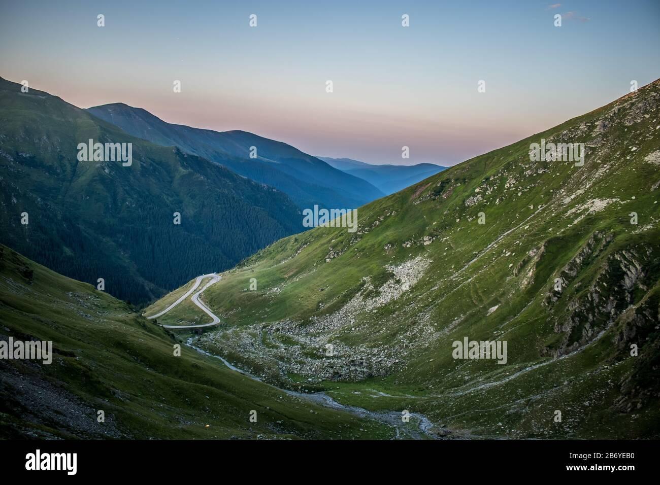Wilde Landschaft der windigen Bergstraße auf Transfagarasan Stockfoto