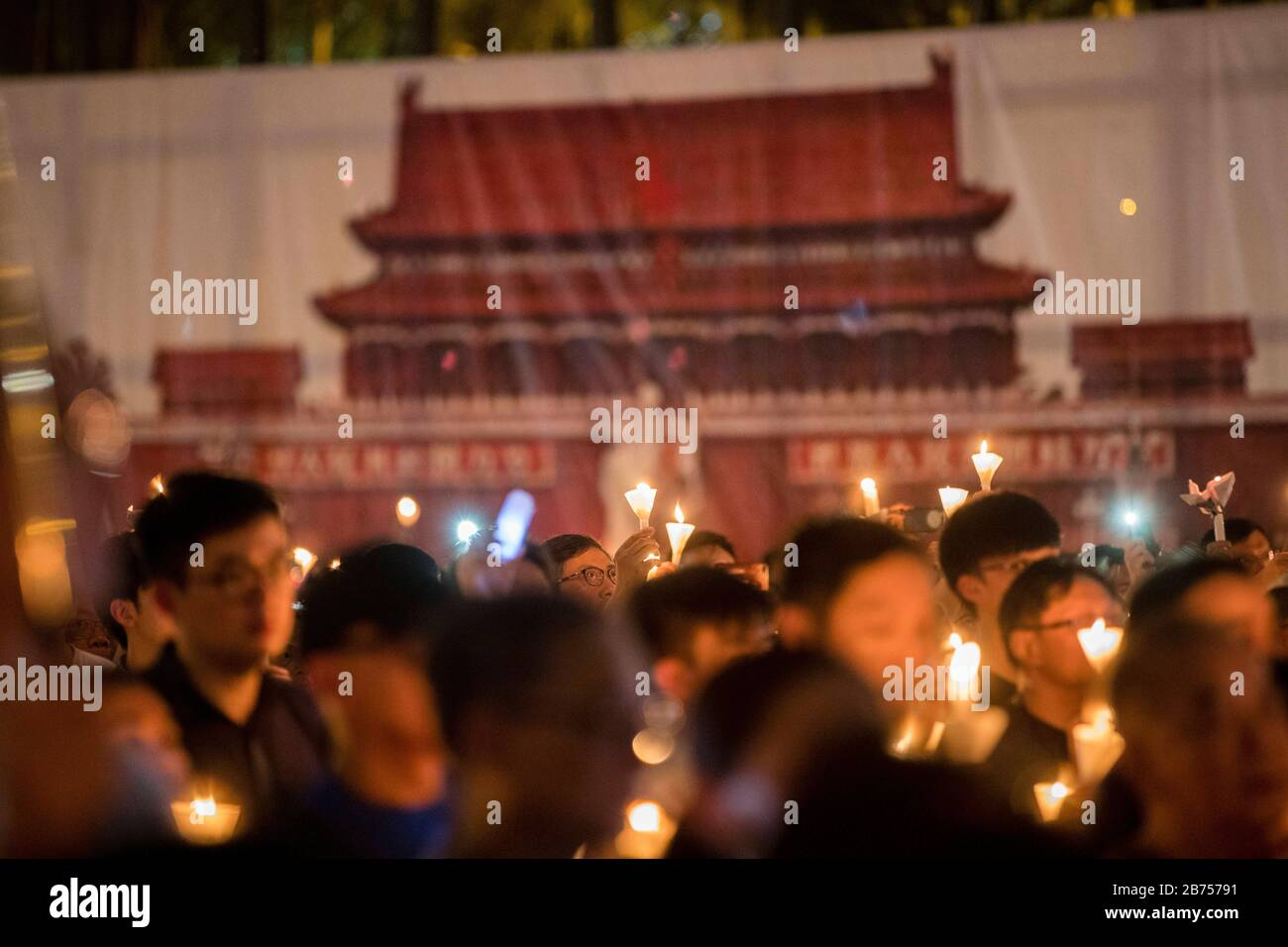 Die Teilnehmer nehmen an der jährlichen Kerzenlicht-Mahnwache Teil, die an den 30. Jahrestag des Massakers am Pekinger Tiananmen-Platz 1989 im Victoria Park In Hongkong, China, 4. Juni 2019 erinnert. Stockfoto