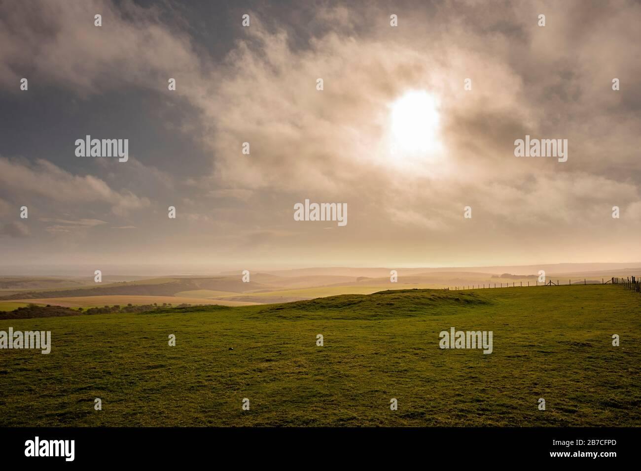 Eine neolithische lange Barrow auf Firle Beacon auf dem South Downs Way, East Sussex, Großbritannien Stockfoto