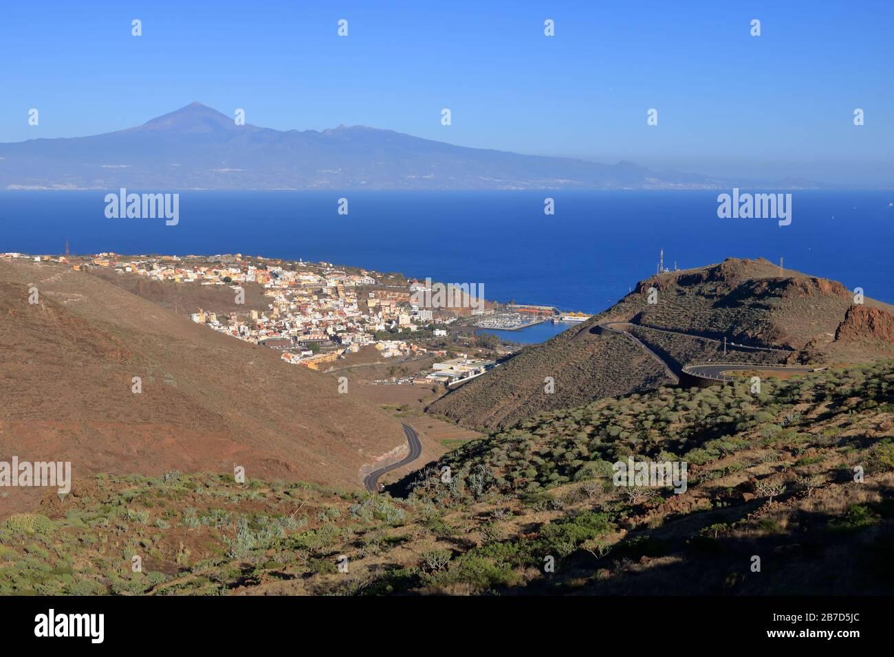 Allgemeiner Blick auf San Sebastian de la Gomera mit Teide Vulkan (auf der Insel Tenera) im Hintergrund, La Gomera in Spanien Stockfoto