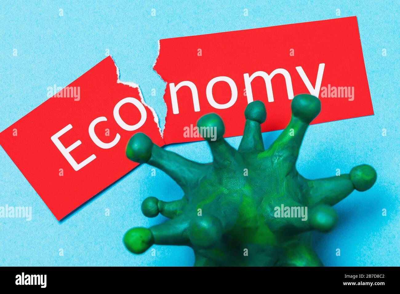 Zerrissener Tag mit Text und Coronavirus. Das Konzept der Auswirkungen von COVID-19 auf die Wirtschaft Stockfoto
