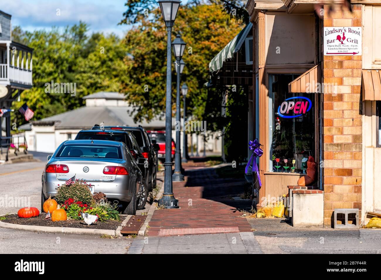Hot Springs, USA - 18. Oktober 2019: Historische Innenstadt in Virginia auf dem Land mit Herbstdekorationen und Restaurantschild Stockfoto