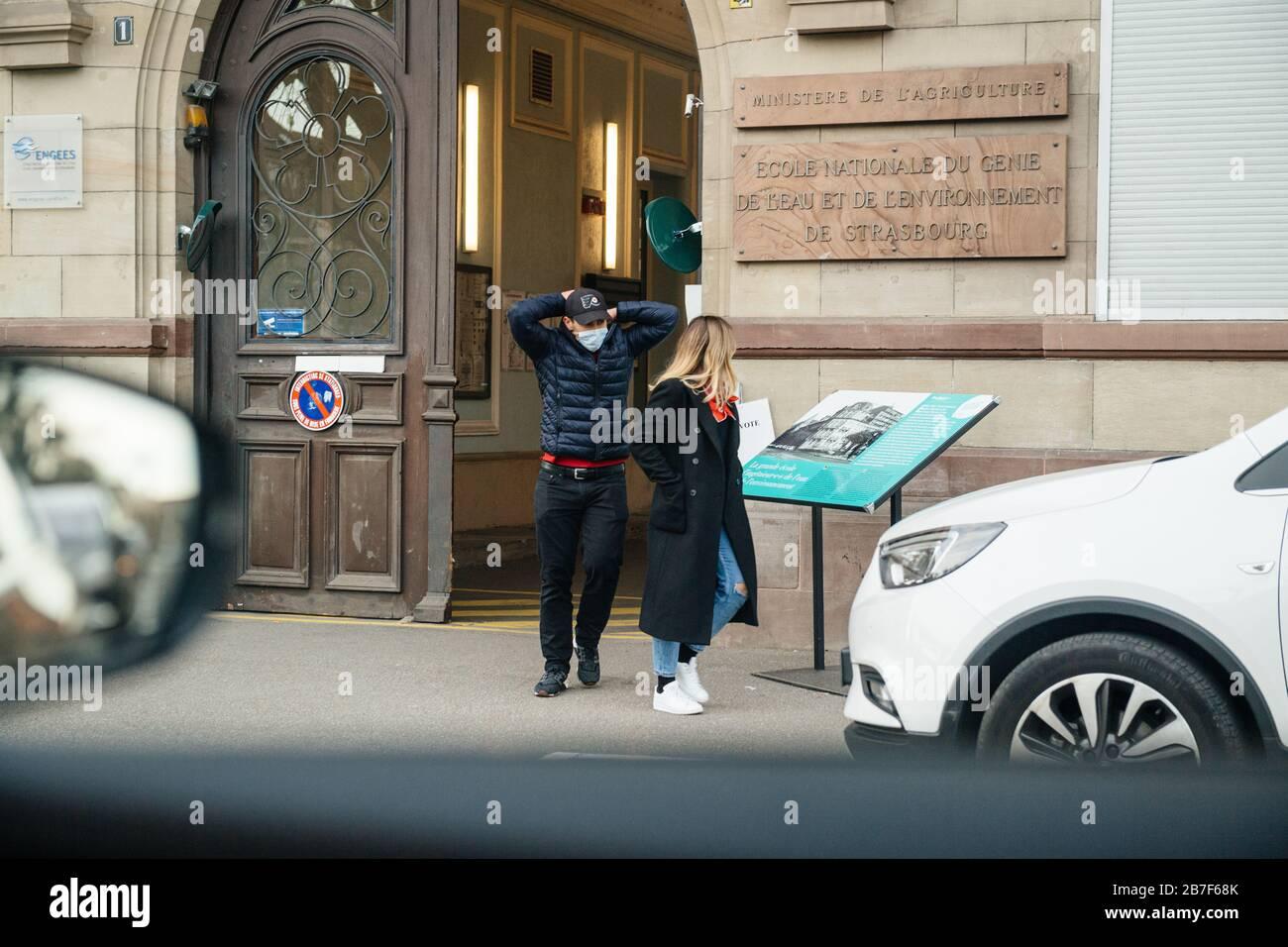 Straßburg, Frankreich - 15. März 2020 junger Mann, der Schutzmask trägt, verlässt das Wahllokal in der ersten Runde der Bürgermeisterwahlen, als Frankreich mit einem Ausbruch der Coronavirus-Krankheit COVID-19 grappt Stockfoto