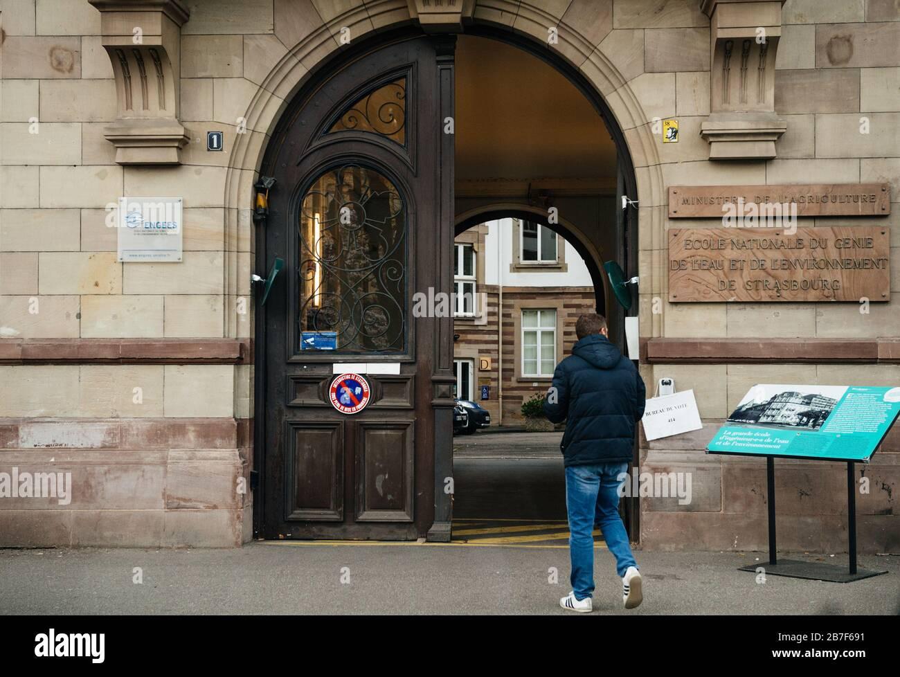 Straßburg, Frankreich - 15. März 2020: Wahllokal während der ersten Runde der Bürgermeisterwahlen in Paris, als Frankreich mit einem Ausbruch der Coronavirus-Krankheit COVID-19 grappt Stockfoto