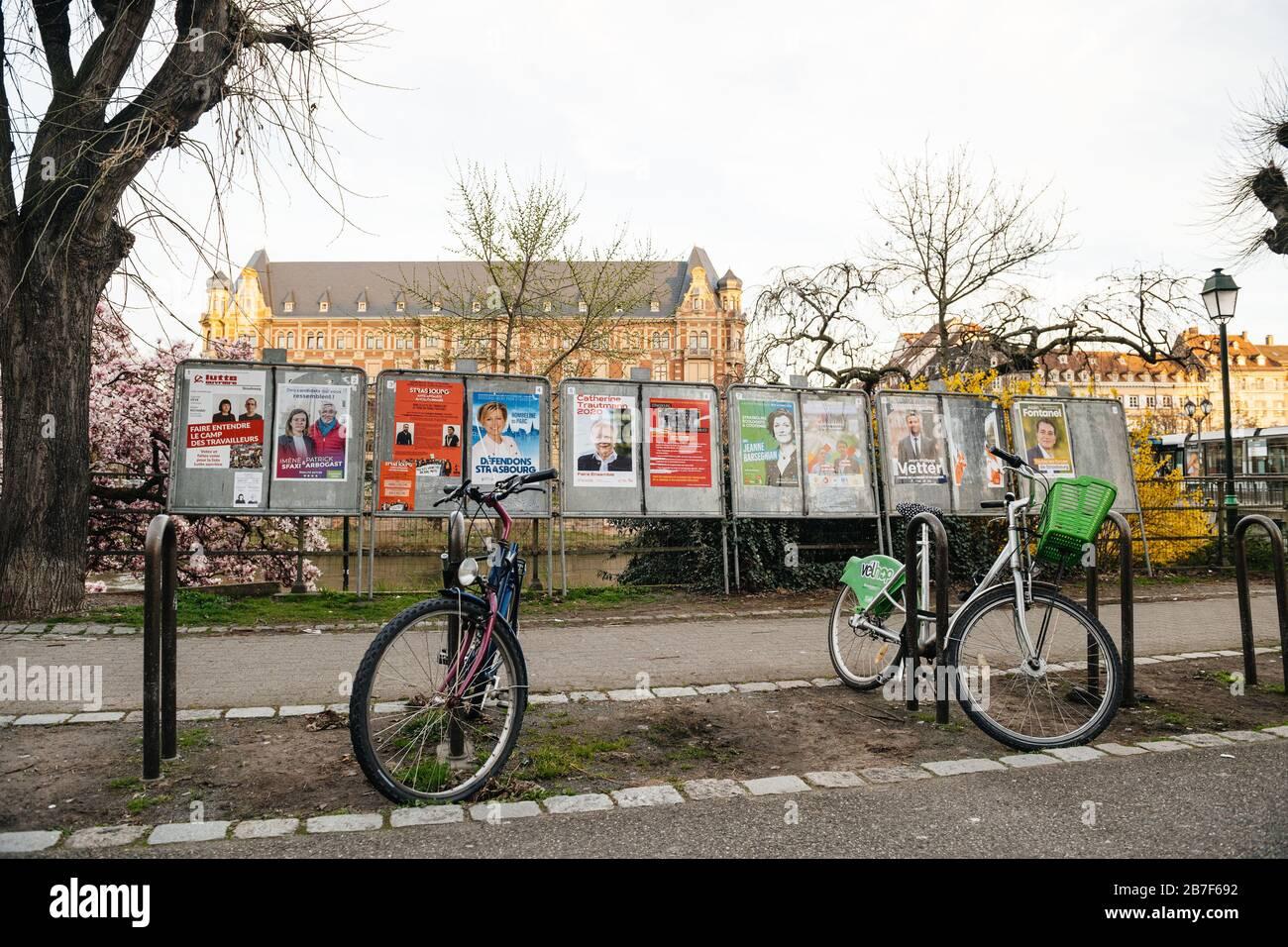 Straßburg, Frankreich - 15. März 2020: Alle Wahlkampagnen der Kandidaten in der Nähe des Wahllokals während der ersten Runde der Bürgermeisterwahlen, als Frankreich mit einem Ausbruch des Coronavirus COVID-19 grappiert Stockfoto