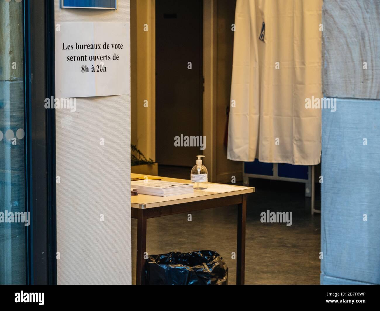 Straßburg, Frankreich - 15. März 2020: Handdesinfektionsmittel im Wahllokal während der ersten Runde der Bürgermeisterwahlen in Paris, während Frankreich mit einem Ausbruch der Coronavirus-Krankheit COVID-19 grappt Stockfoto