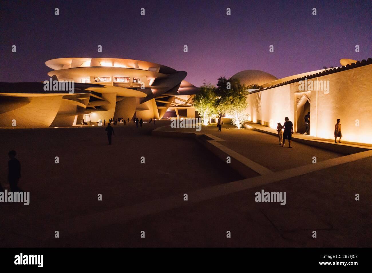 Nachtaufnahme des Nationalmuseums von Katar mit seinem markanten, auf Scheiben basierenden Design in Doha, Katar Stockfoto