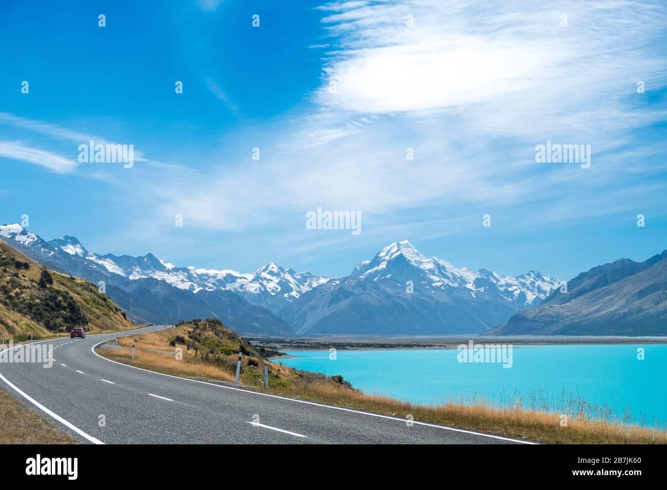 Straße und Lake Pukaki mit Blick auf den Mount Cook National Park, South Island, Neuseeland Stockfoto