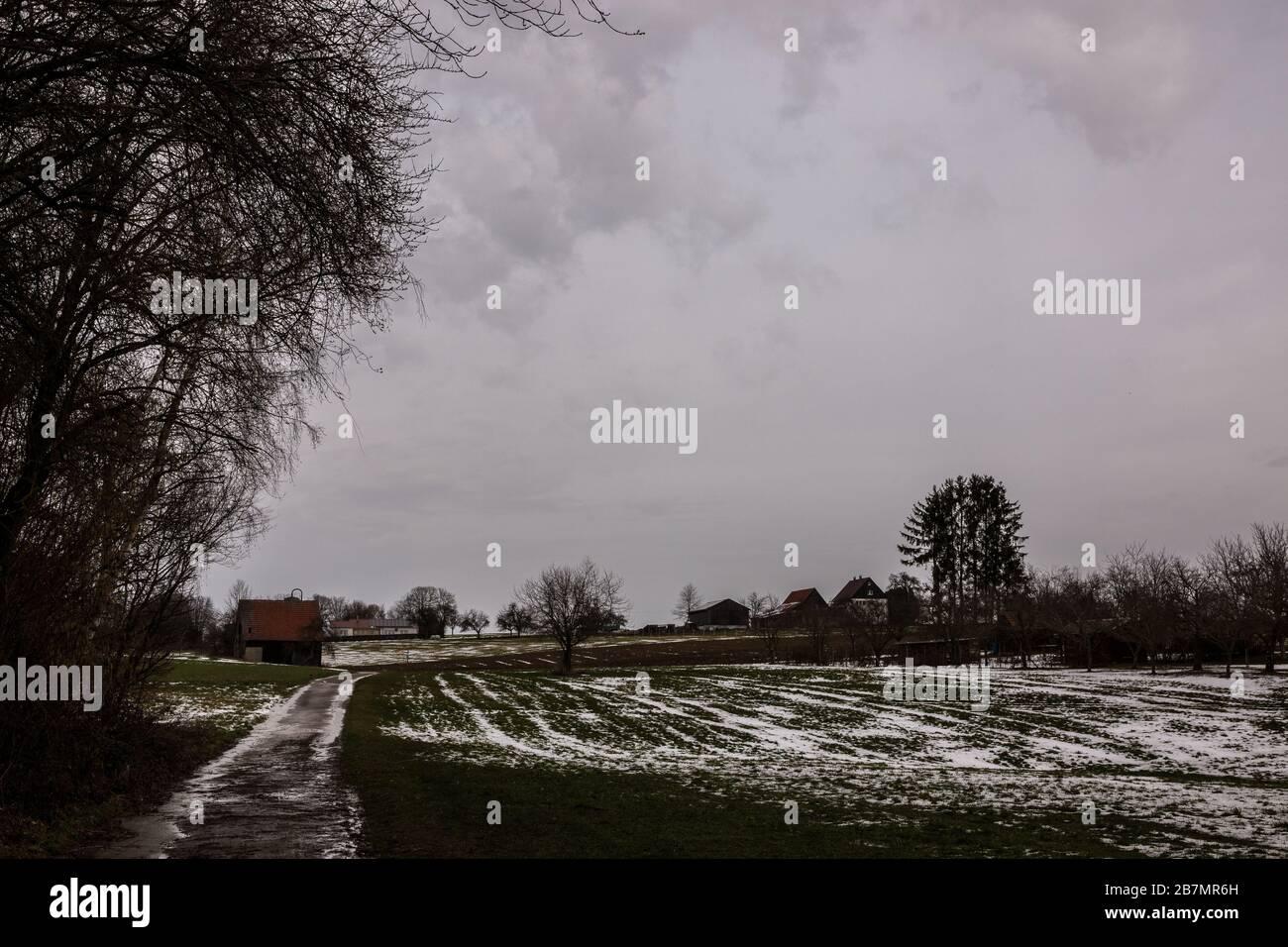 Braune Kabine auf dem eisigen Grünfeld im Winter Stockfoto