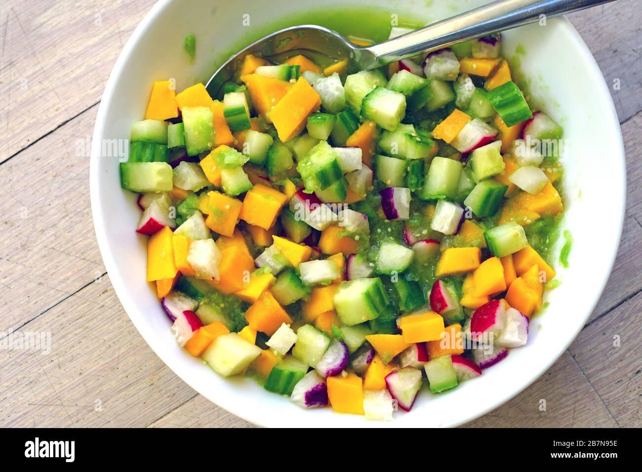 Schüssel mit frischem Salsa mit Mango, Rettich, Gurke und Tomatillo Stockfoto