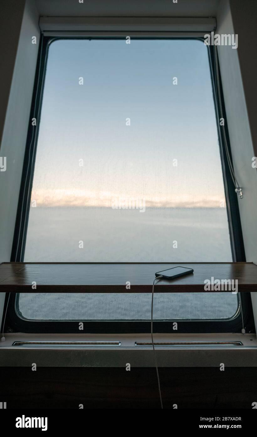 Fensteransicht von MS Polarlys, arktisches Norwegen. Stockfoto
