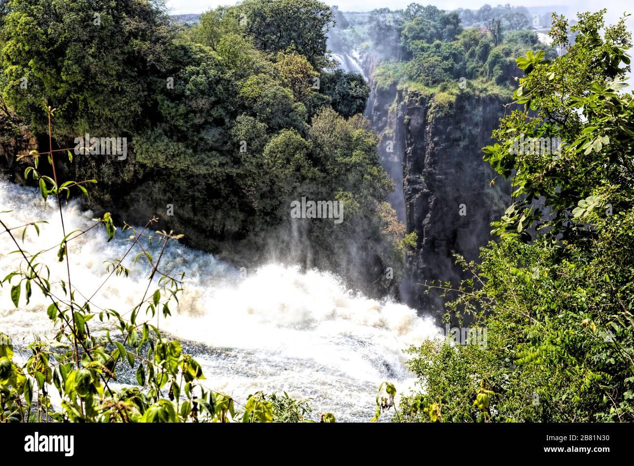 Der Teufelskatarakt, der tiefste Teil der majestätischen Victoria Falls, ist im April am Ende der Regenzeit voll in Aktion Stockfoto