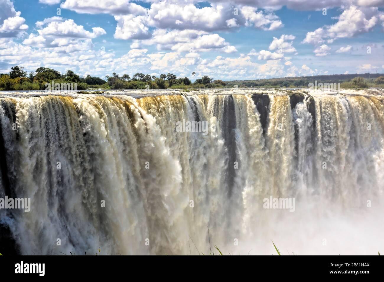 Die majestätischen Victoria Falls in voller Hochwasserperiode im April am Ende der Regenzeit Stockfoto