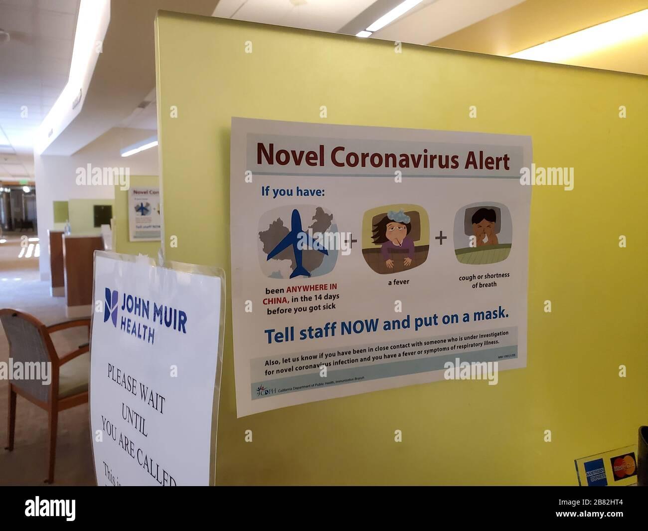 """Warnschild mit Textanzeige """"Novel Coronavirus Alert"""", Bezug auf Quarantäne- und Screening-Verfahren für Patienten mit einer möglichen Exposition gegenüber einem neuartigen Coronavirus, das sich in China ausbreitet, in einem medizinischen Zentrum von John Muir Health in Walnut Creek, Kalifornien, 9. Februar 2020. () Stockfoto"""