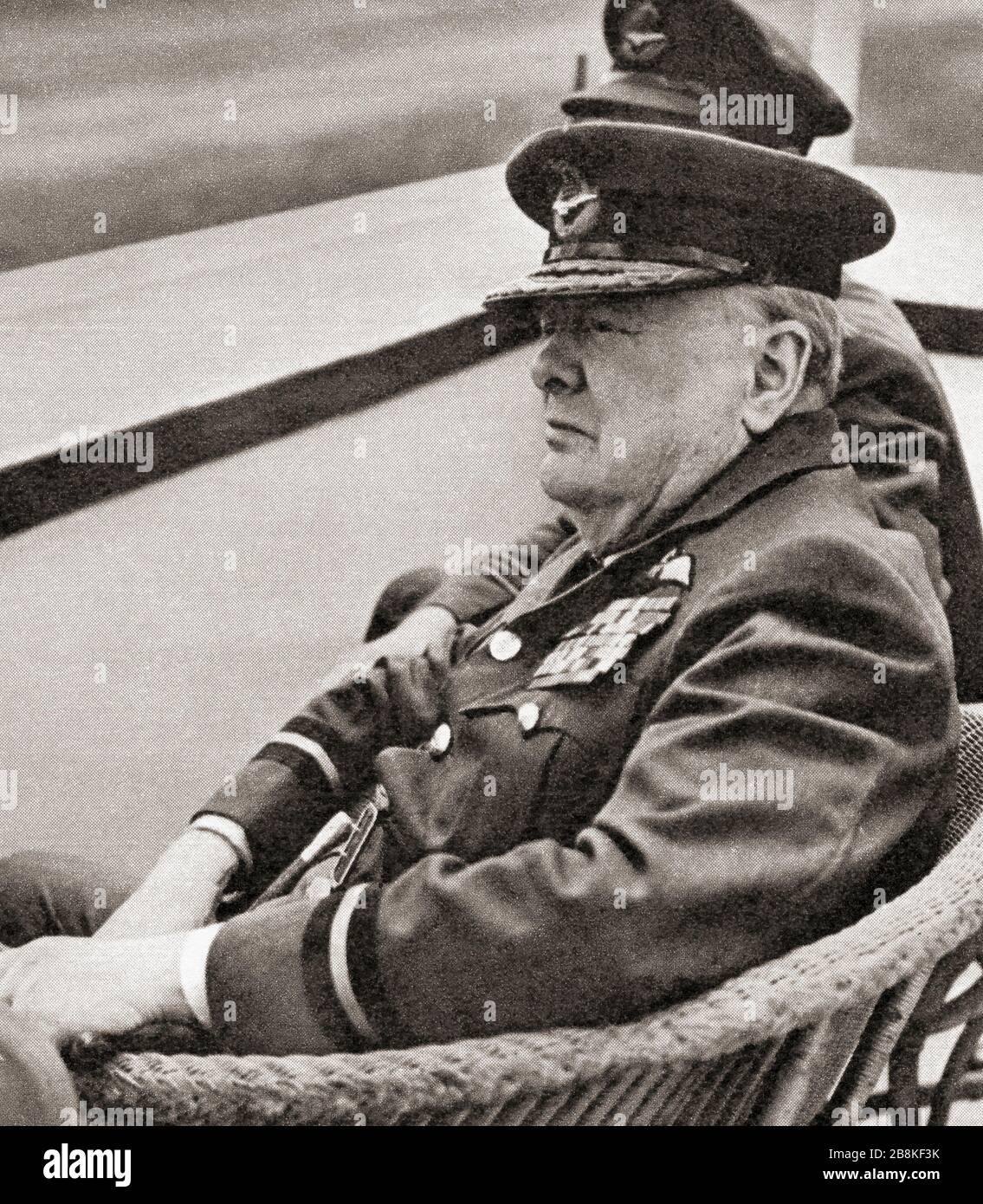 Winston Churchill, der hier die Uniform des Commodore des R.AUX trug. A.F., beobachtet eine Fly-Past von Meteor Jets in Biggin Hill, 1951. Sir Winston Leonards Spencer-Churchill, * Zwischen 1874 Und 1965. Britischer Politiker, Armeeoffizier, Schriftsteller und zweimal Premierminister des Vereinigten Königreichs. Stockfoto