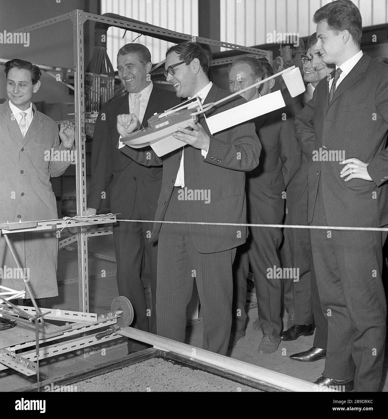 Wernher von Braun (2. Von links) auf der ILTUB, einer Messe für Technik und Luftfahrt in Berlin 1964. [Automatisierte Übersetzung] Stockfoto