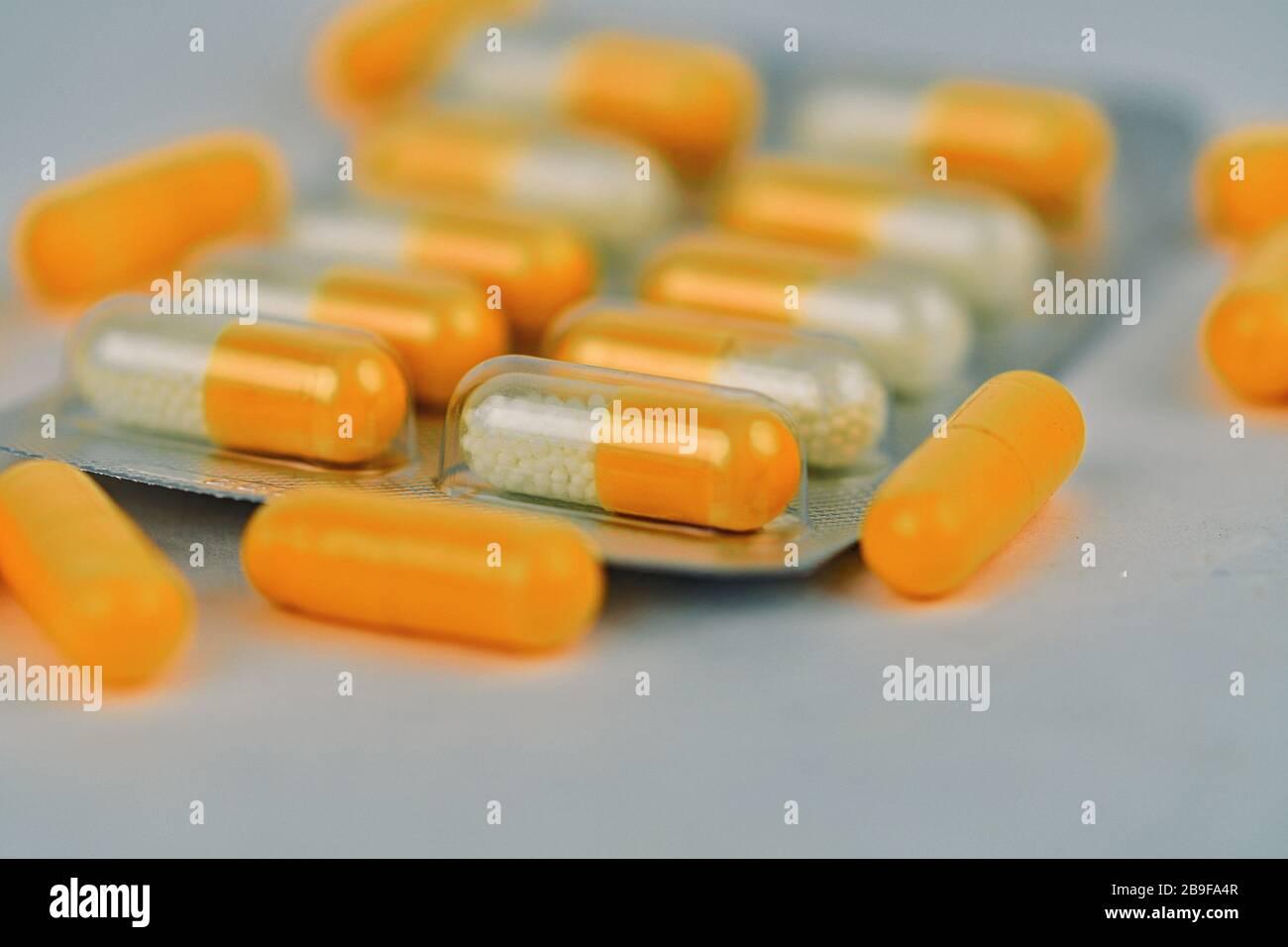 Verschiedene pharmazeutische Arzneipillen und Kapseln. Hintergrund der Pillen. Haufen verschiedener Medizinstabletten und Pillen in verschiedenen Farben auf Weiß B. Stockfoto