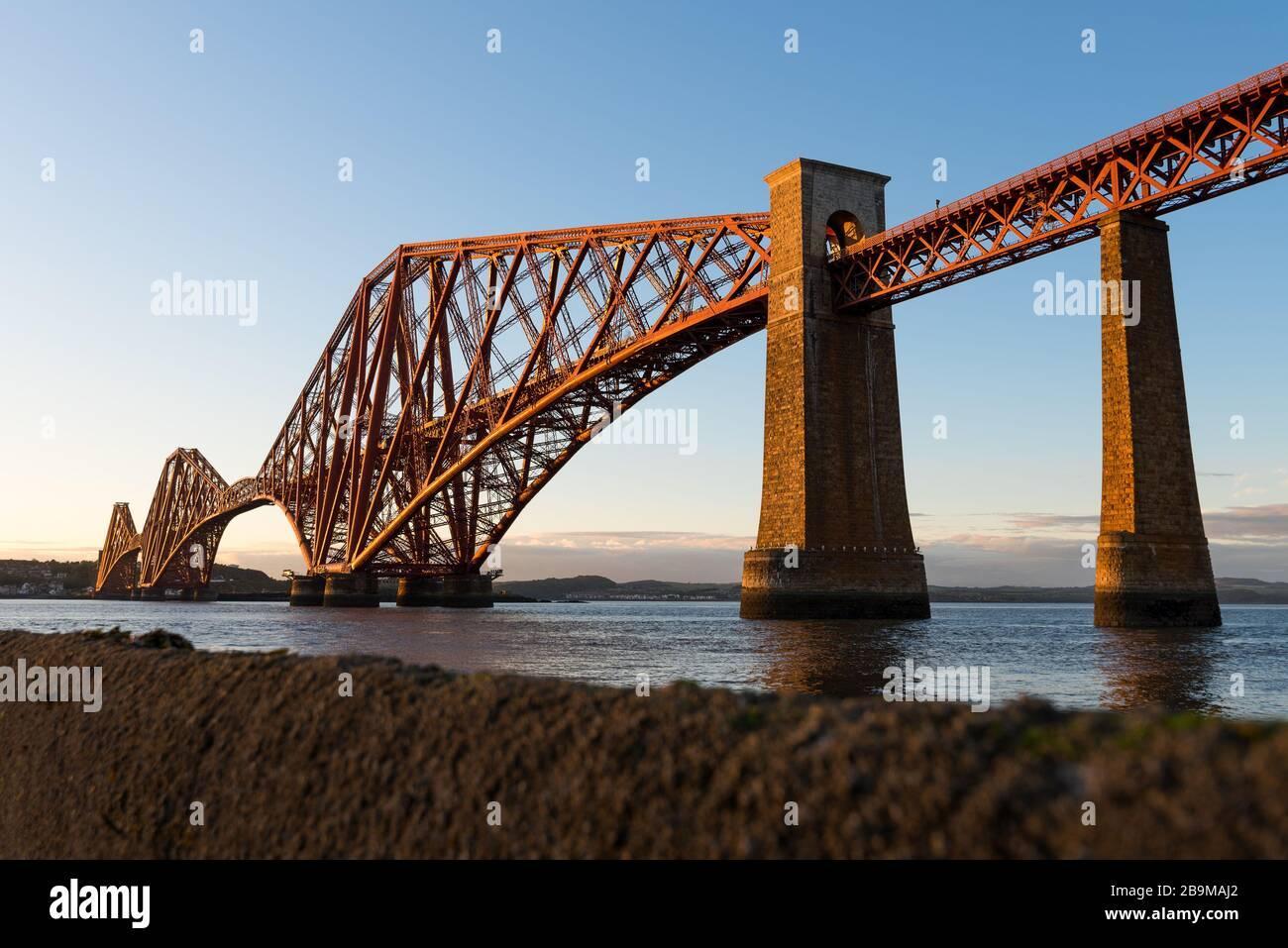 Die Forth Rail Bridge, die bei Sonnenuntergang den Firth of Forth überquert, Edinburgh, Schottland. Stockfoto