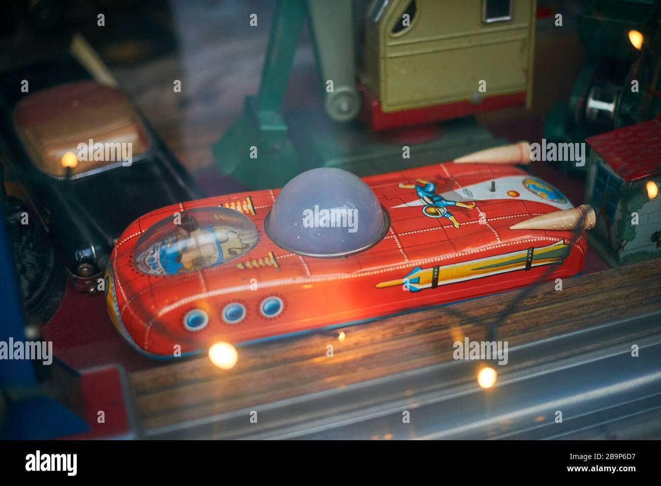 Tallinn, Estland 7. Dezember 2019 Retro Spielzeug im alten Schaufenster der Stadt Stockfoto