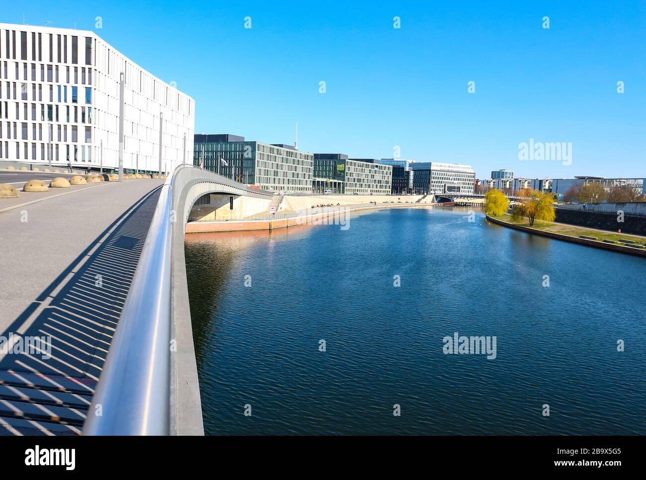 Brücke über die Spree im verlassenen Regierungsviertel im Zentrum Berlins während des Coronavirus-Stillstands in Deutschland. Stockfoto