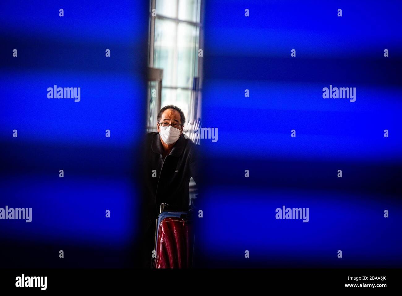 Barcelona, Spanien. März 2020. Ein Mann, der am 19. März 2020 eine Gesichtsmaske am Flughafen El Prat, Barcelona, ??Spanien trägt. Eine Reihe von Ausländern versuchen, in ihr Land zurückzukehren, bevor der Flughafen in den nächsten Tagen geschlossen wird. Spanien ist eines der Länder, die am stärksten vom Ausbruch des Coronavirus betroffen sind (Covid-19). (Foto von Adrià Salido Zarco/INA Photo Agency/Sipa USA) Credit: SIPA USA/Alamy Live News Stockfoto