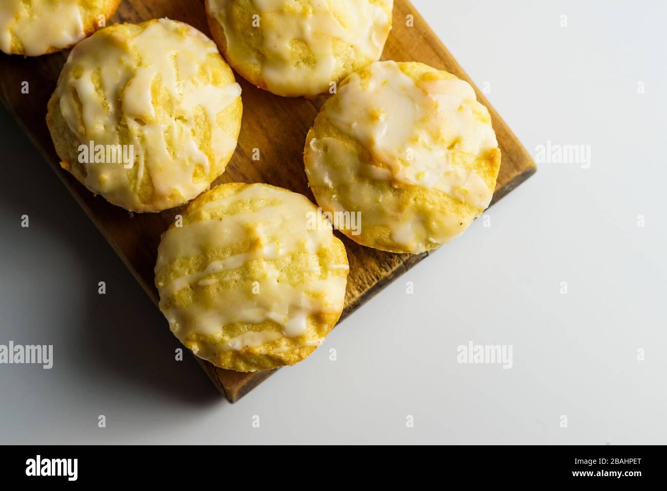 Zitronenmuffins mit Zitronenglasur Stockfoto