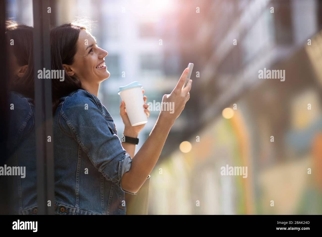 Porträt der jungen Frau im städtischen Raum Stockfoto