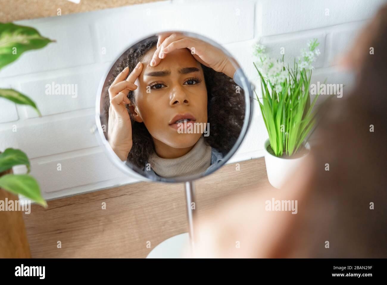 In Spiegel Schauen Stockfotos und -bilder Kaufen - Alamy
