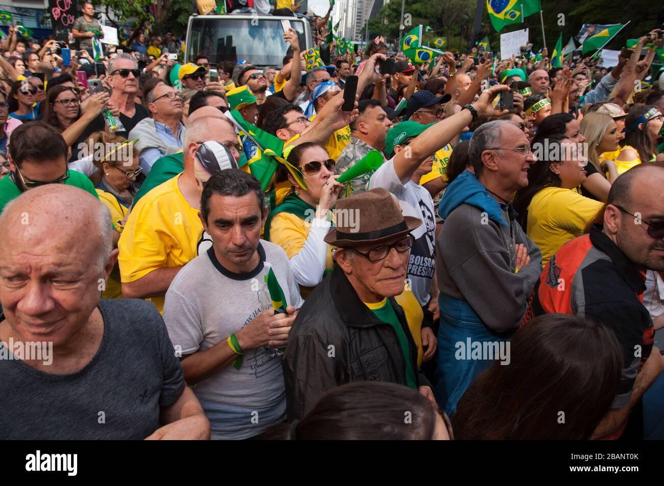 Sao Paulo, SP, Brasilien, 2018/10/21, Demonstration pro Präsidentschaftskandidat Jair Bolsonaro auf der Paulista Avenue, Menschen aus allen Altersgruppen nahmen daran Teil Stockfoto