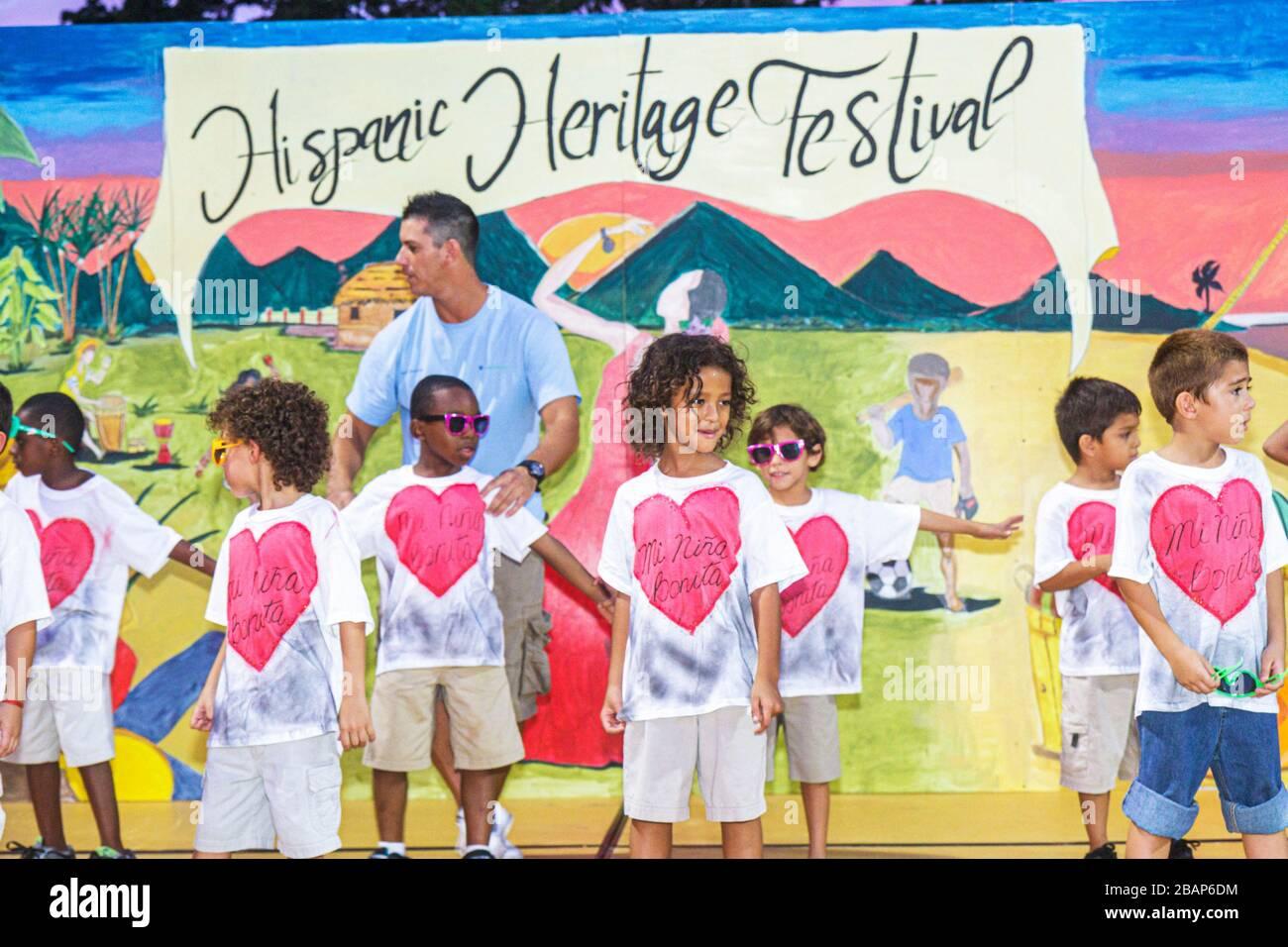 Miami Beach Florida North Beach Northshore Park Hispanic Heritage Festival Bühne Tanz Tänzer tanzen junge Kindergarten 1. Tannen Stockfoto