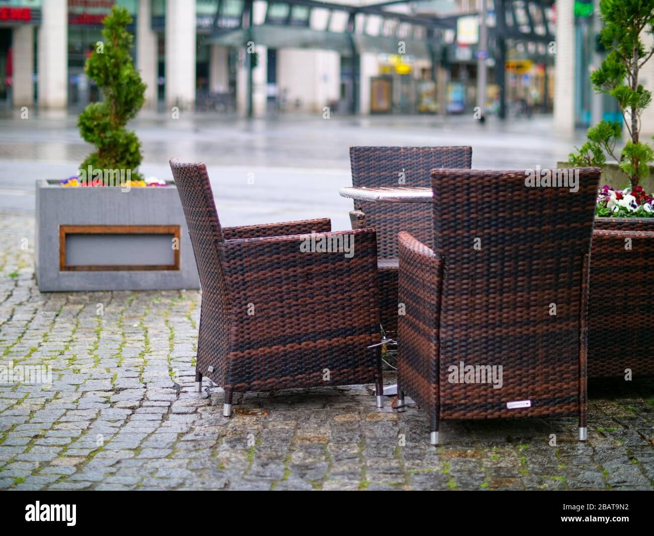 Leere Rühle und Tische Dresden Corona Virus Gastronomie Stockfoto