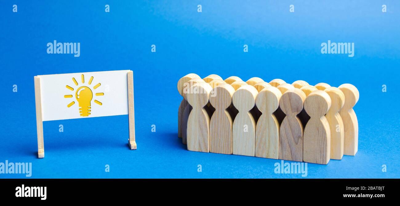 Business-Team und Staffelei mit der Bildlicht-Lampe einer Idee. Innovative Ideen Generieren. Kreativer Geschäftsprozess. Strategie und Management. Teamwor Stockfoto