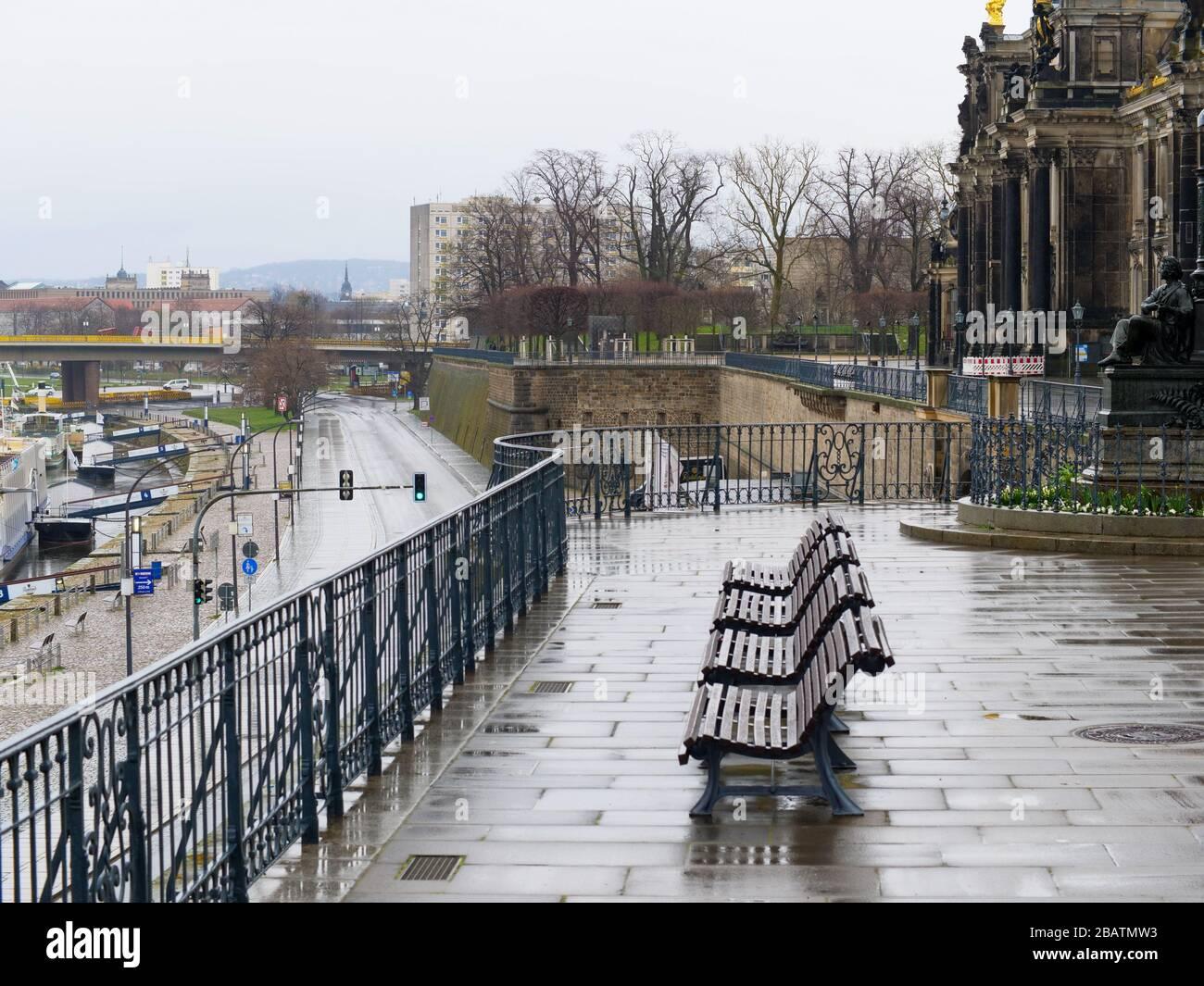 Leere Parkbänke auf der Brühlschen Terrasse in Dresden während Coronavirus Lockdown und Regen historische Altstadt Regenwetter Brühl-Terrasse Stockfoto