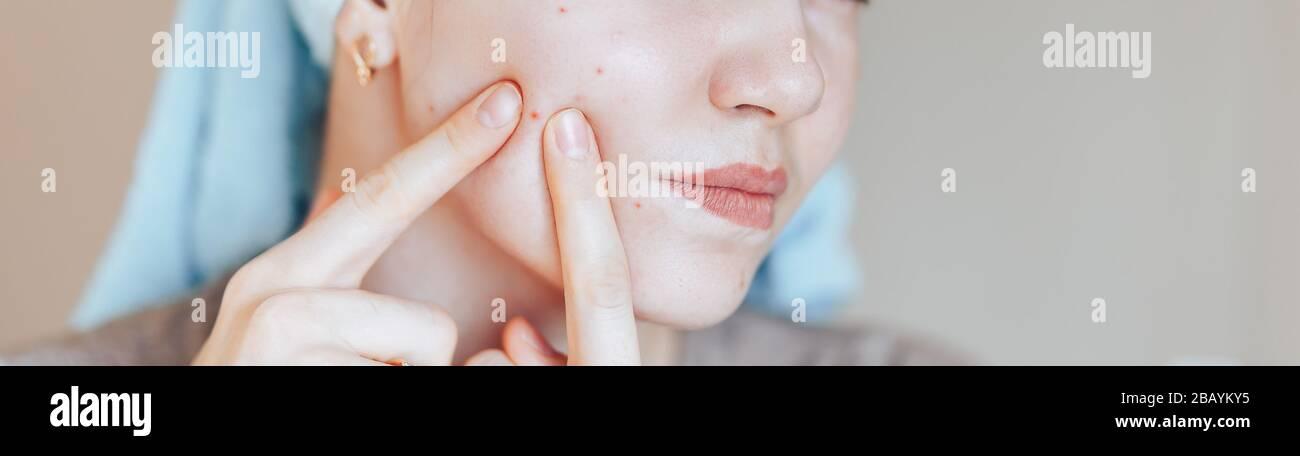 Brünette Teen Gläser Gesichtsbehandlung