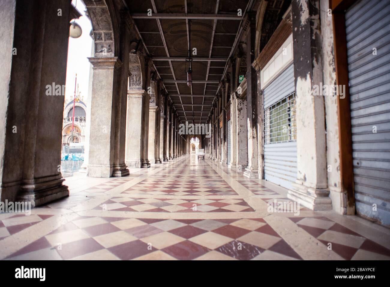 Venedig. Italien - 15. Mai 2019: Arkaden der Procuratie Vecchie in Venedig am Markusplatz. Italien. Am Frühen Morgen. Geschlossene Restaurants und Geschäfte. Stockfoto