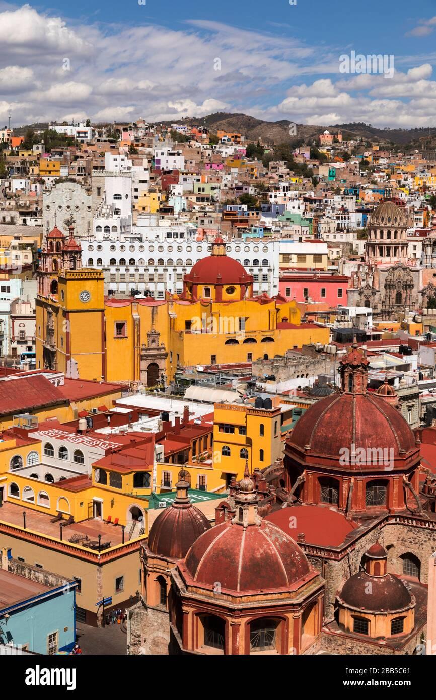 Mexiko, die Skyline von Guanajuato, von Monumento a El Pïpila aus gesehen. Guanajuato, ein UNESCO-Weltkulturerbe Stockfoto